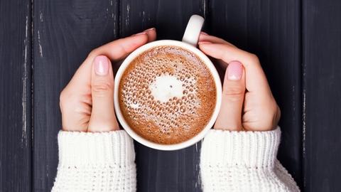Händer som håller en kopp med kaffe - Mejeriprodukter och glass - AAK
