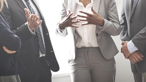 Styrelsemedlemmar som diskuterar ett affärsbeslut - Investerare - AAK