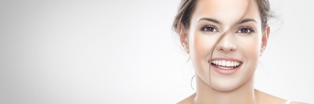 Ansiktet hos en brunögd kvinna som skrattar - Foder - AAK