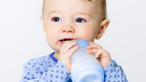 Ett litet barn som dricker från en nappflaska - Special Nutrition - AAK