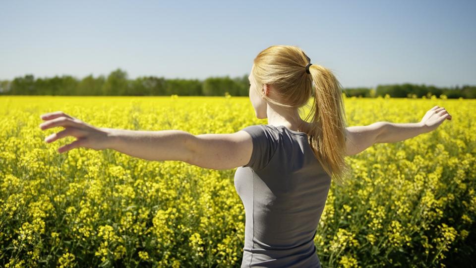 En kvinna som står framför ett rapsfält - Special Nutrition - AAK