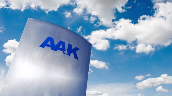 AAK-skylt framför blå himmel och moln - Technical Products - AAK