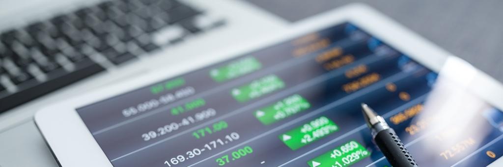 Närbild på surfplatta som visar finansiella grafer - Investerare - AAK