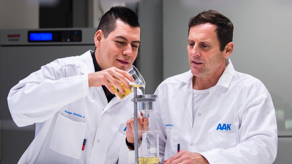 Två män klädda i vita rockar i ett laboratorium - Special Nutrition - AAK