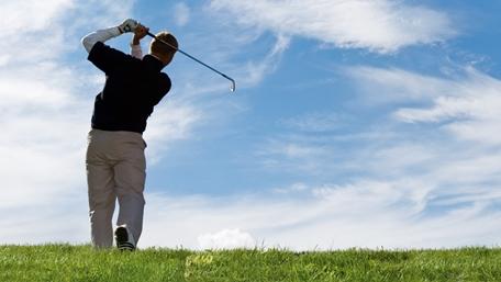 En golfspelare på greenen en sommardag med molntussar - Special Nutrition - AAK