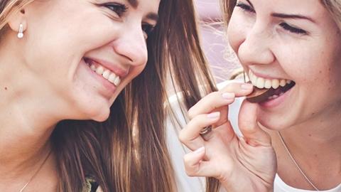 Leende kvinnor som äter choklad - Choklad och konfektyr - AAK