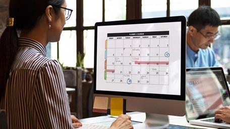 Business woman doing calendar planning on her computer  - Careers - AAK