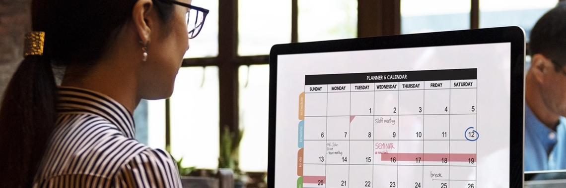Affärskvinna som planerar i kalendern i datorn - Karriär - AAK