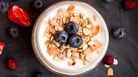Blåbär, müsli och en fermenterad mjölkprodukt - Mejeriprodukter och glass - AAK