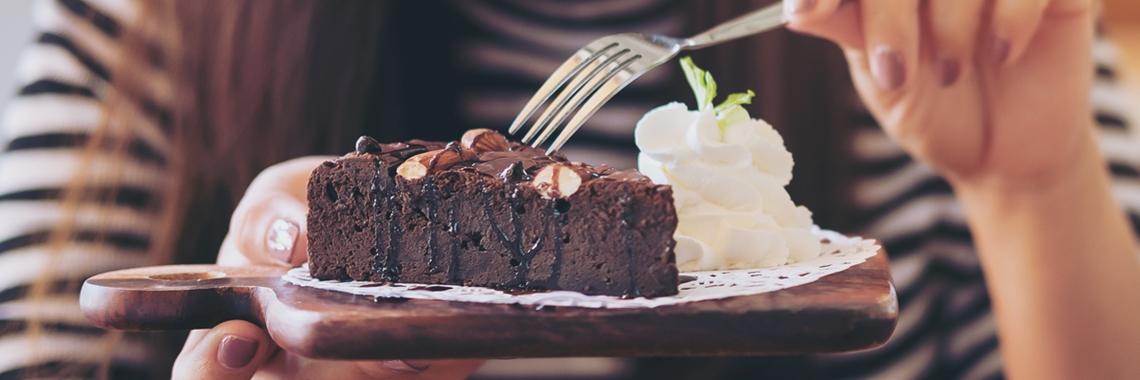 Chokladkaka med vispad grädde på tallrik - Applikationer - AAK