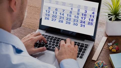 Man skriver på tangentbordet på laptop, tittar på kalender - Investerare - AAK