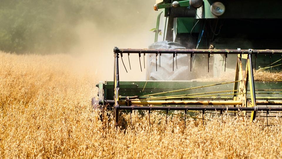 Skördetröska som kör på odlingsfält - Technical Products - AAK