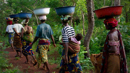 Women in Burkina Faso carrying vessels on their heads - Sustainable Growth - AAK