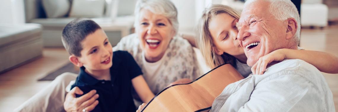 Äldre par som skrattar med pojke och flicka - Special Nutrition - AAK