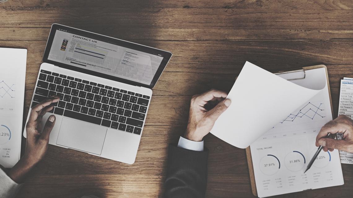 Laptop och papper som visar grafer och siffror - Investerare - AAK