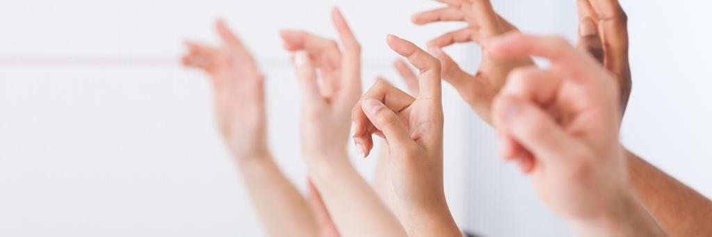 Högskolestudenter av olika etnicitet räcker upp händerna i klassrum - Karriär - AAK
