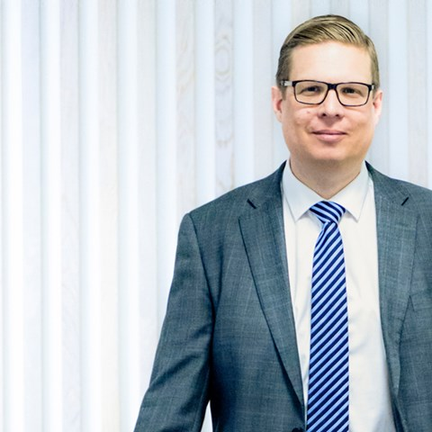 CFO Fredrik Nilsson standing in front of white wall - Investors - AAK