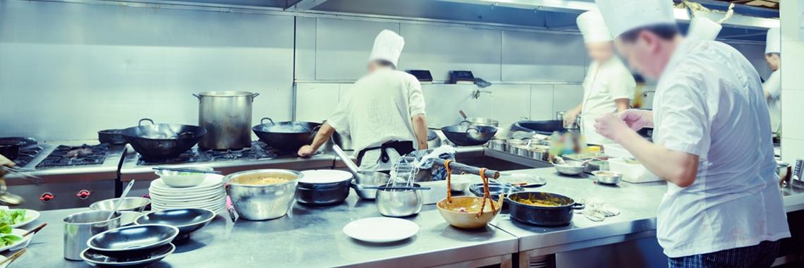 Kockar lagar mat i ett kök som ser fartfyllt ut - Foodservice and Retail - AAK