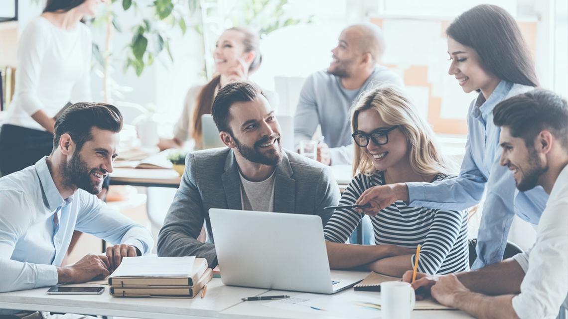 Unga, glada arbetskamrater som pratar och jobbar på kontoret - Karriär - AAK