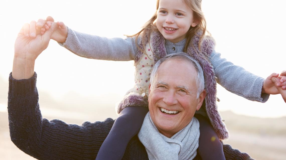 En glad flicka som sitter på en äldre mans axlar - Special Nutrition - AAK