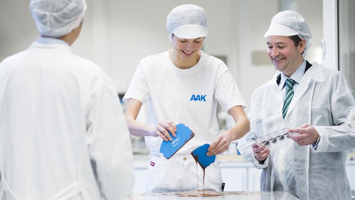 Arbetskamrater som tillverkar choklad under workshop - Karriär - AAK