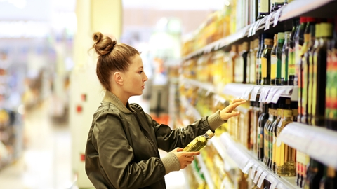 Woman looking at vegetable oils in a store - Foodservice and Retail - AAK