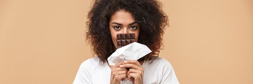 tjej som håller chokladkaka i händerna