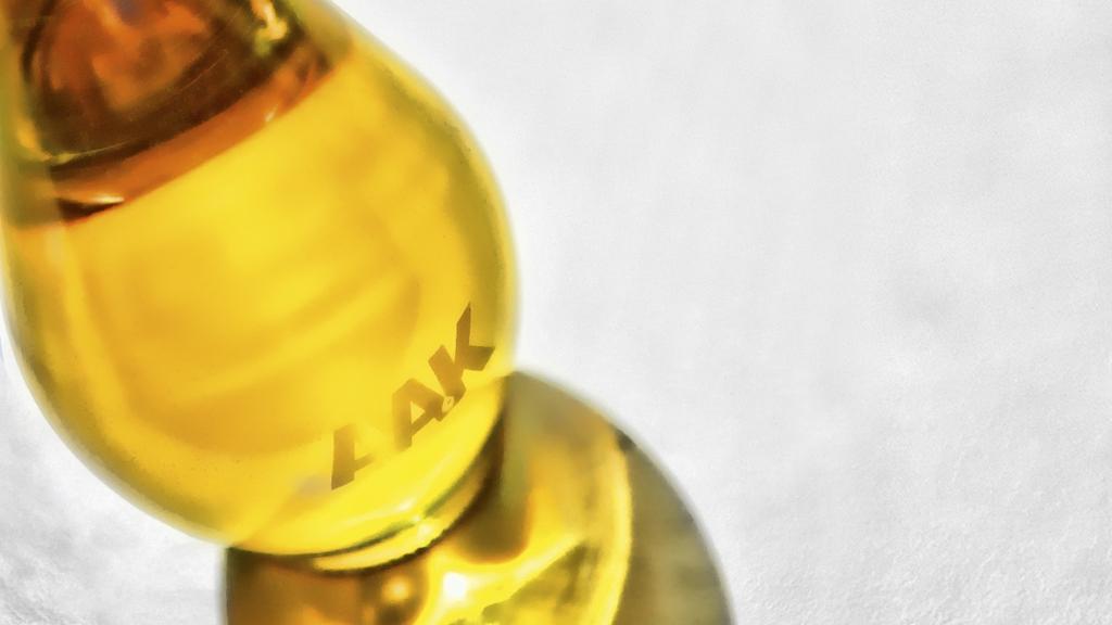 Närbild på en flaska olivolja med AAK-logo - Special Nutrition - AAK