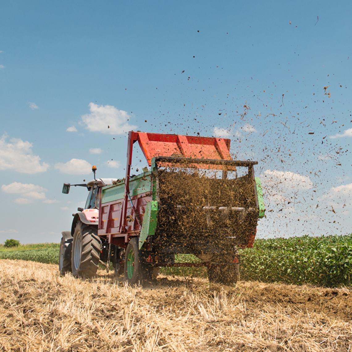 Gödselspridare som gödslar ett odlingsfält - Technical Products - AAK
