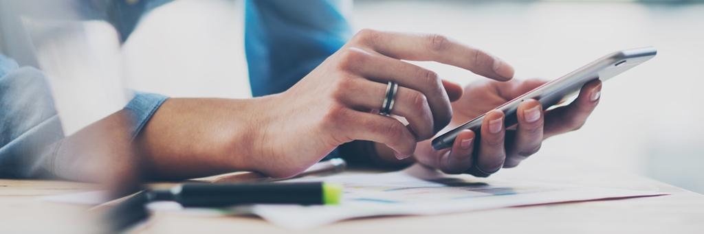 Kvinnas skriver med handen på en smartphone - Media - AAK