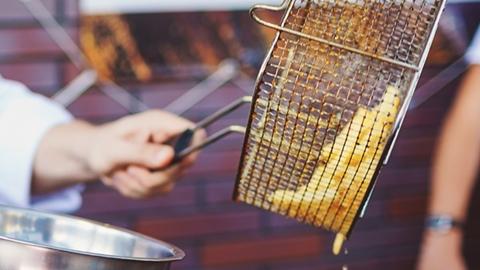 Närbild på pommes frites i olja - Foodservice and Retail - AAK