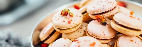Macarons med ätbar dekoration i en rostfri skål - Bageri - AAK