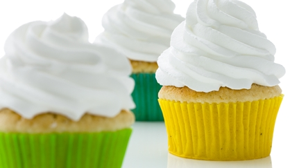 Muffins i färgglada formar och toppade med grädde - Co-Development - AAK