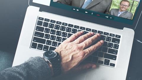 Hand på en laptop under ett telefonmöte - Investerare - AAK