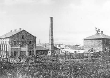 Aarhus Palmekjærnefabrik blev opført på Marselisborg Mark langt uden for byen. I dag ligger Bruuns Galleri på adressen.