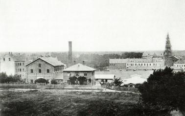 1892 byen rykker tættere på. Til højre er byggeriet af Skt. Knuds Kirke i Ryesgade under opførelse.