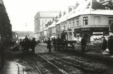 Ved genopbygningen efter branden opførtes bl.a. den karakteristiske bygning, der her ses i baggrunden på hjørnet af Jægergårdsgade/Bruuns Gade (Foto fra 1922).