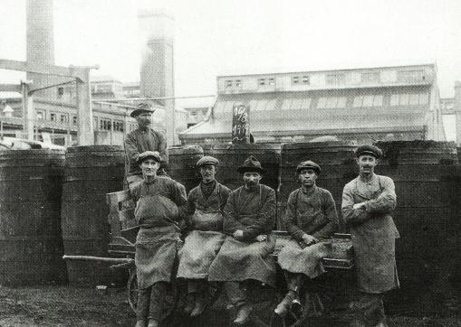 Den nye havnefabrik gav job til mange bl.a. disse arbejdere i 1919. (Foto: Lokalhistorisk Samling).