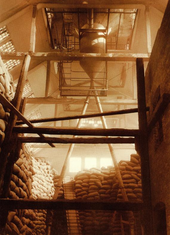 De enorme godsmængder blev oplagret forskellige steder på AO. Her melpakhuset i 1919.