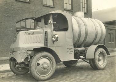 En af de berømte og berygtede Mack-lastbiler.