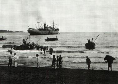 I Indonesien blev kopraen sejlet ud til damperen, som lå for anker på reden.