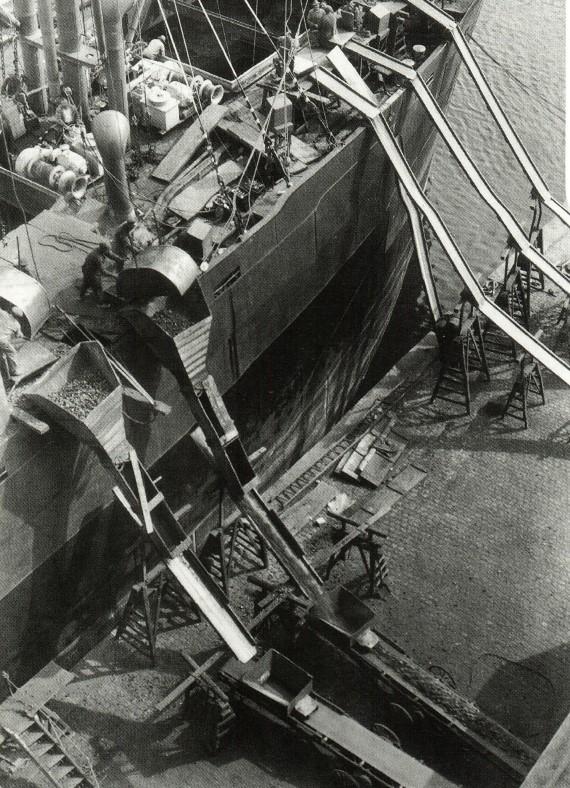 Råstofferne blev leveret direkte i Aarhus. Her losses kopra i 1928.
