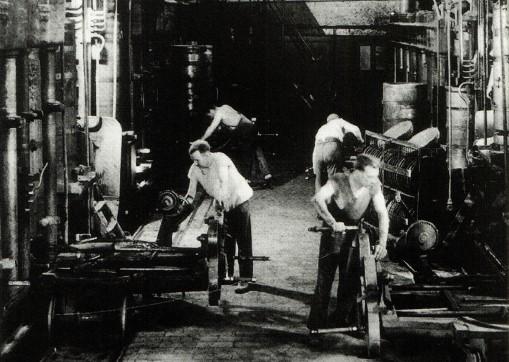 Kopraen presses i pressebatterierne på fabrikken.