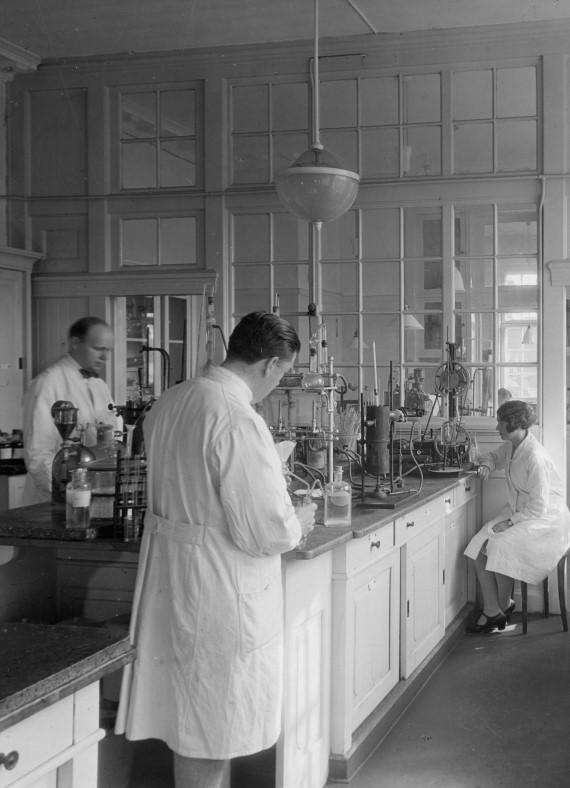 Et kig ind i laboratoriet i midten af 30'erne.
