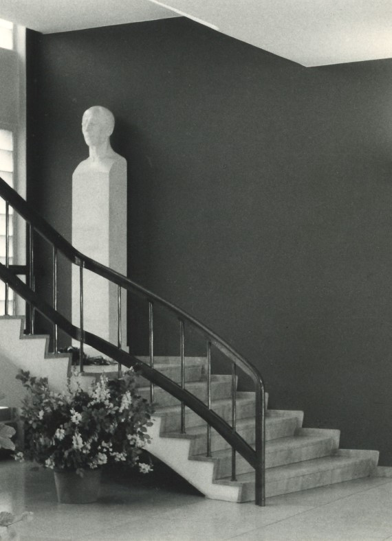 Marmortrappen i Bruuns Gade med buste af Frederik Lausen.