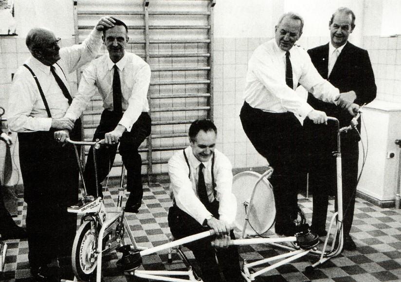 Direktør Mellerup afprøvede romaskinen ved indvielsen af AO's fritids- og idrætscenter i 1971.