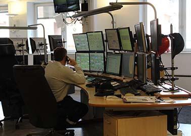 Et lille udsnit af kontrolrummet, hvorfra alle fabrikkens processer og maskiner overvåges.